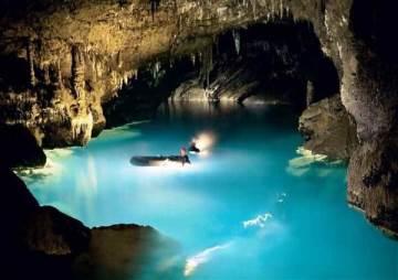 peștera cu lac verde smarald