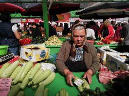 Cine n-are bătrâni, să-și ia și să îi însoțească la piață