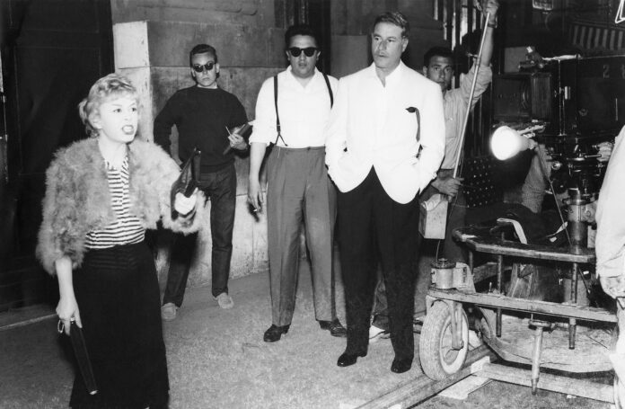 Fellini directs his wife Giulietta Masina and Amedeo Nazzari in Nopțile Cabiriei (1956) afiș